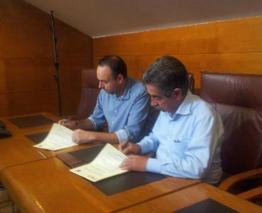 José Ramón Blanco y Miguel Ángel Revilla firman el pacto de investidura.