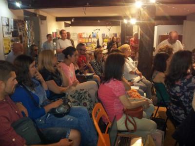 Un númeroso público ha llenado la librería para asistir a este encuentro, que se espera que sea el primero de varios.