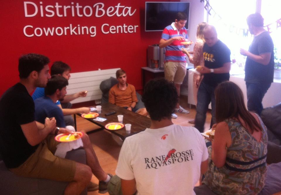 Los integrantes de Distrito Beta celebrando el cumpleaños de uno de  ellos.