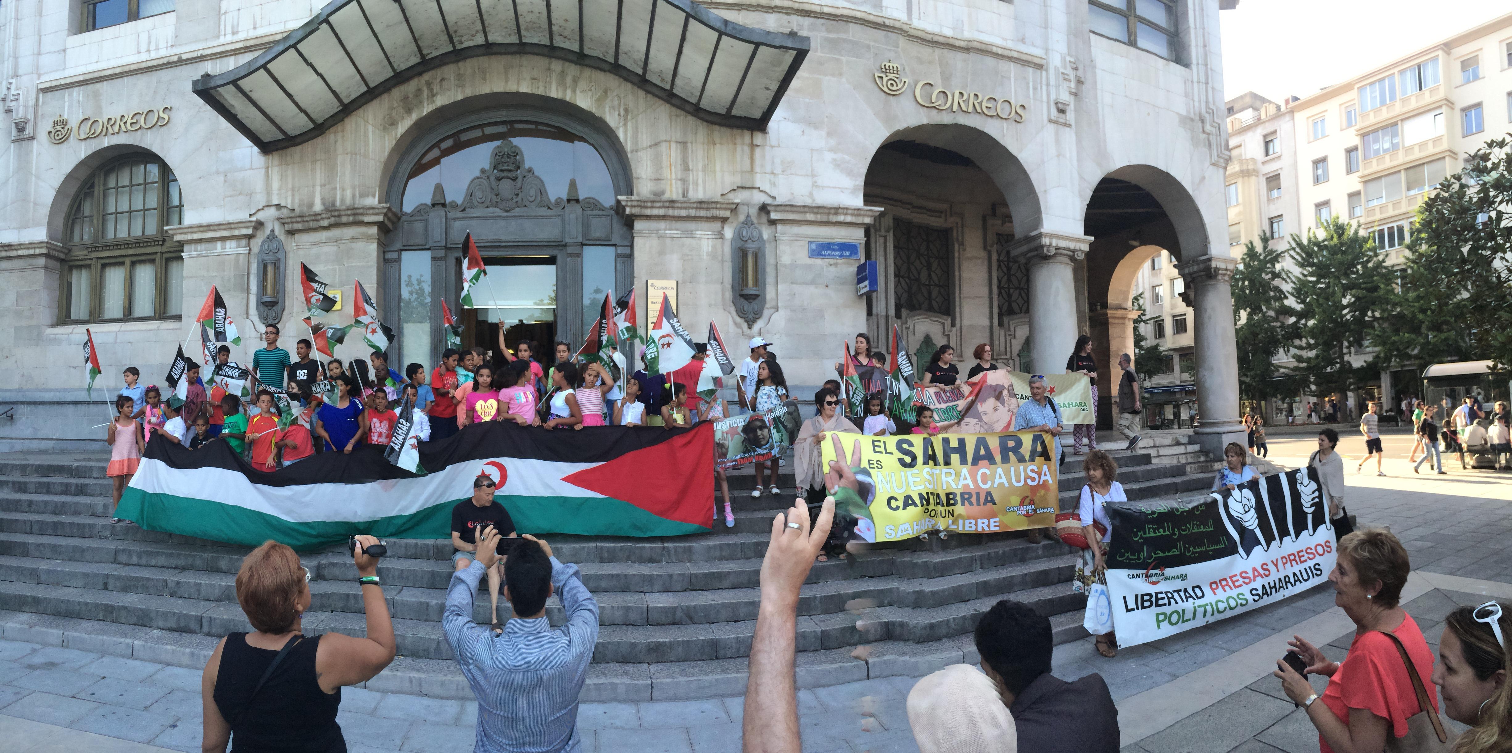 Niños, familias y miembros de 'Cantabria por el Sáhara' en las escaleras de Correos