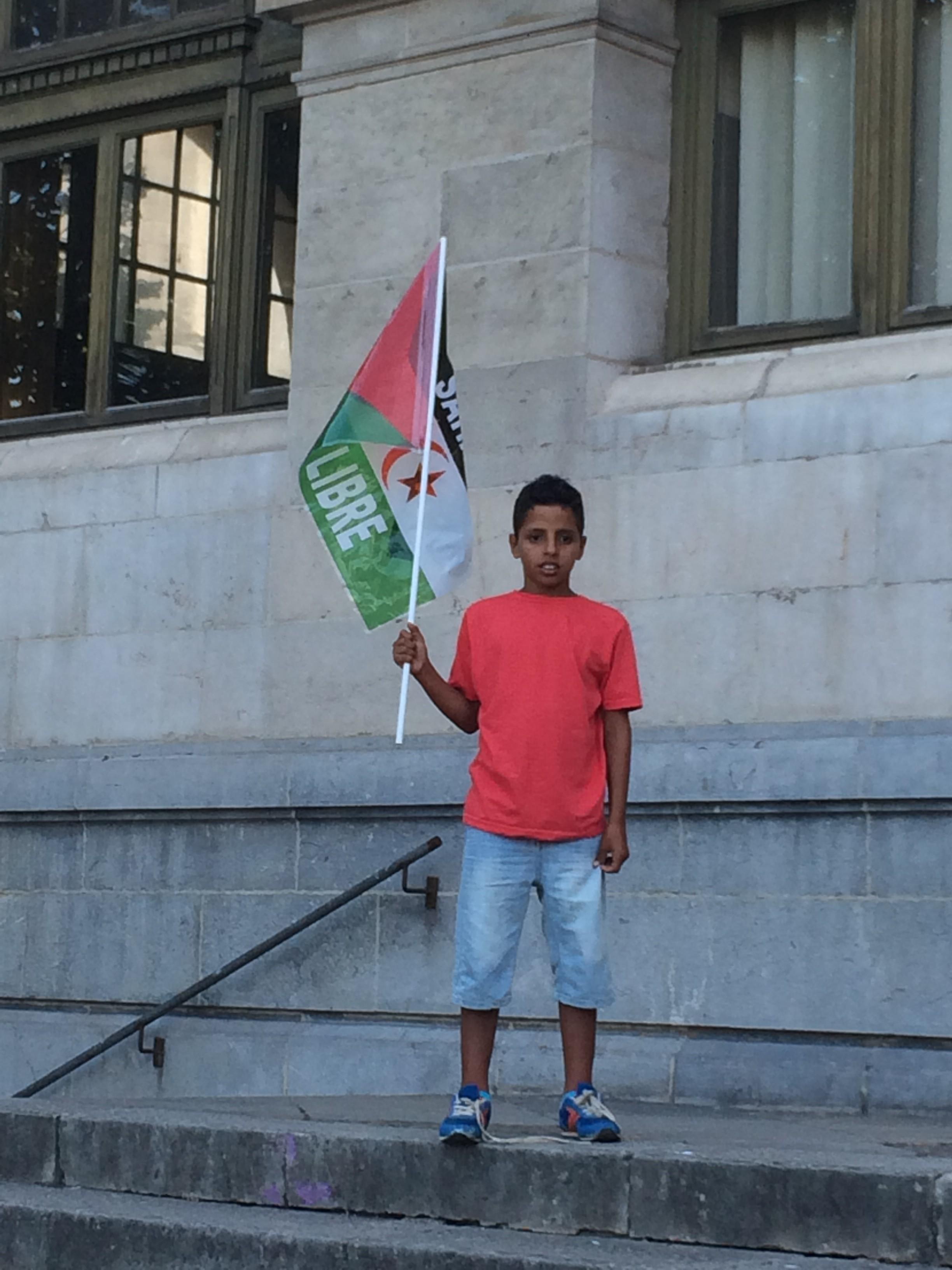 Un niño portando la bandera que pide la libertad para el Sáhara