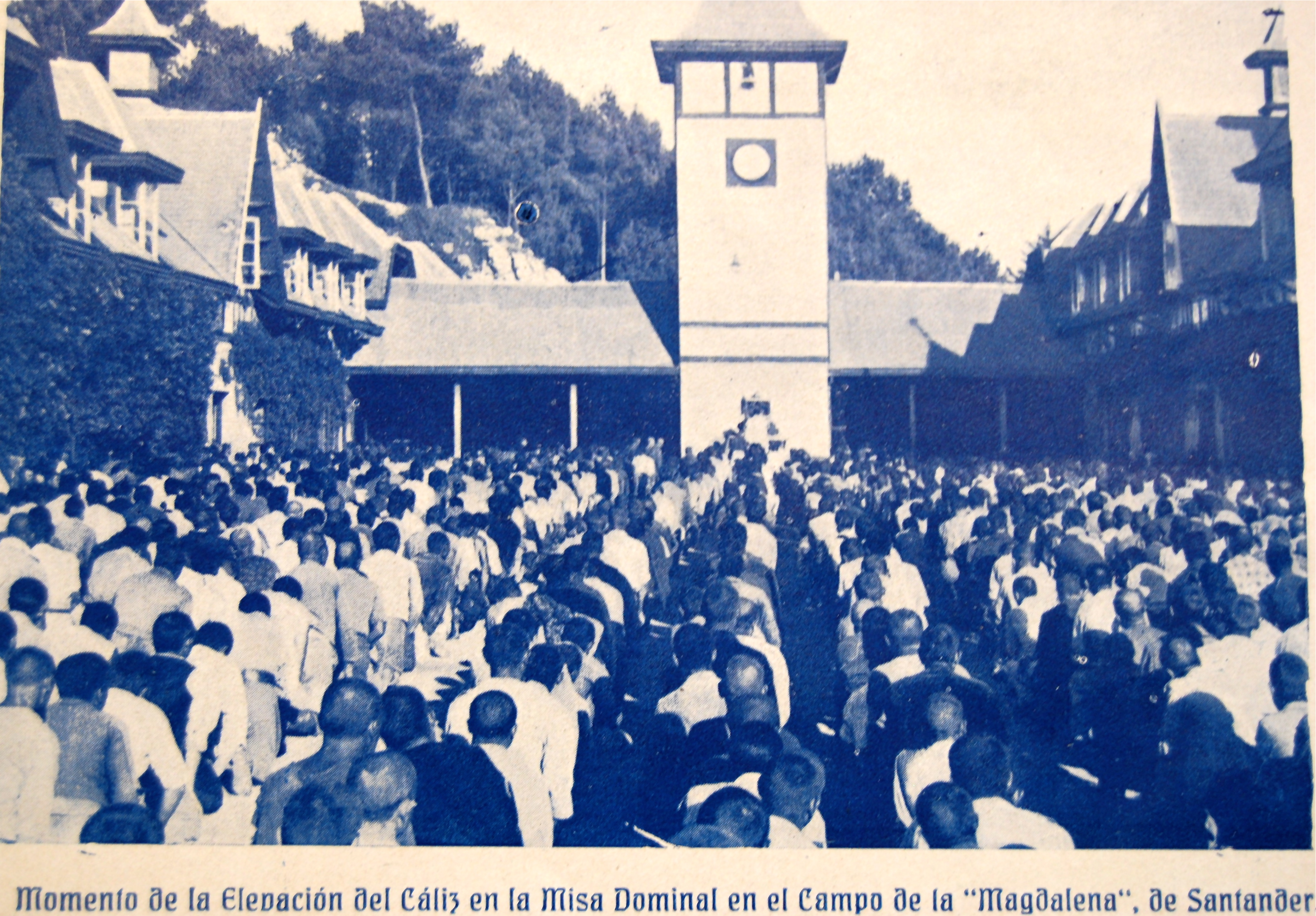 Presos asistiendo a una misa frente a Las Caballerizas