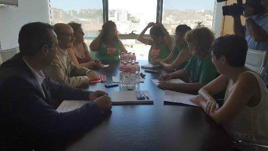 Mazón y su equipo reunidos con representantes de la PAH.
