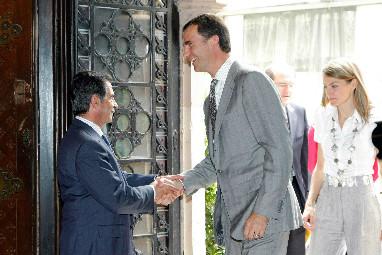 Miguel Ángel Revilla y los reyes, cuando aún eran Príncipes de Asturias, en  una visita a Cantabria en 2009.