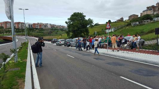 Los manifestantes recordaron a Amparo en un vial en el que pasaron una decena de coches durante la hora que allí estuvieron.