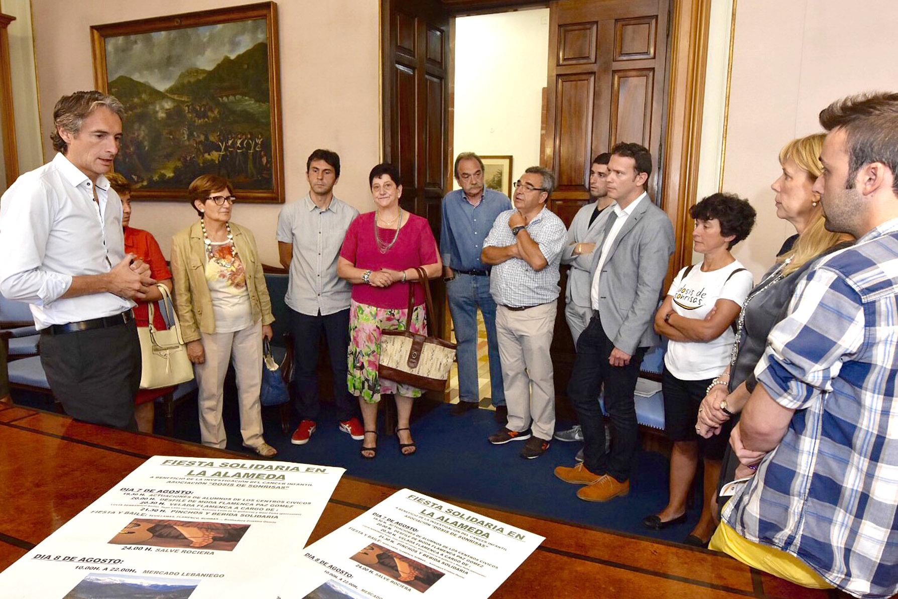 La asociación de comerciantes de La Alameda reunidos con Íñigo de la Serna