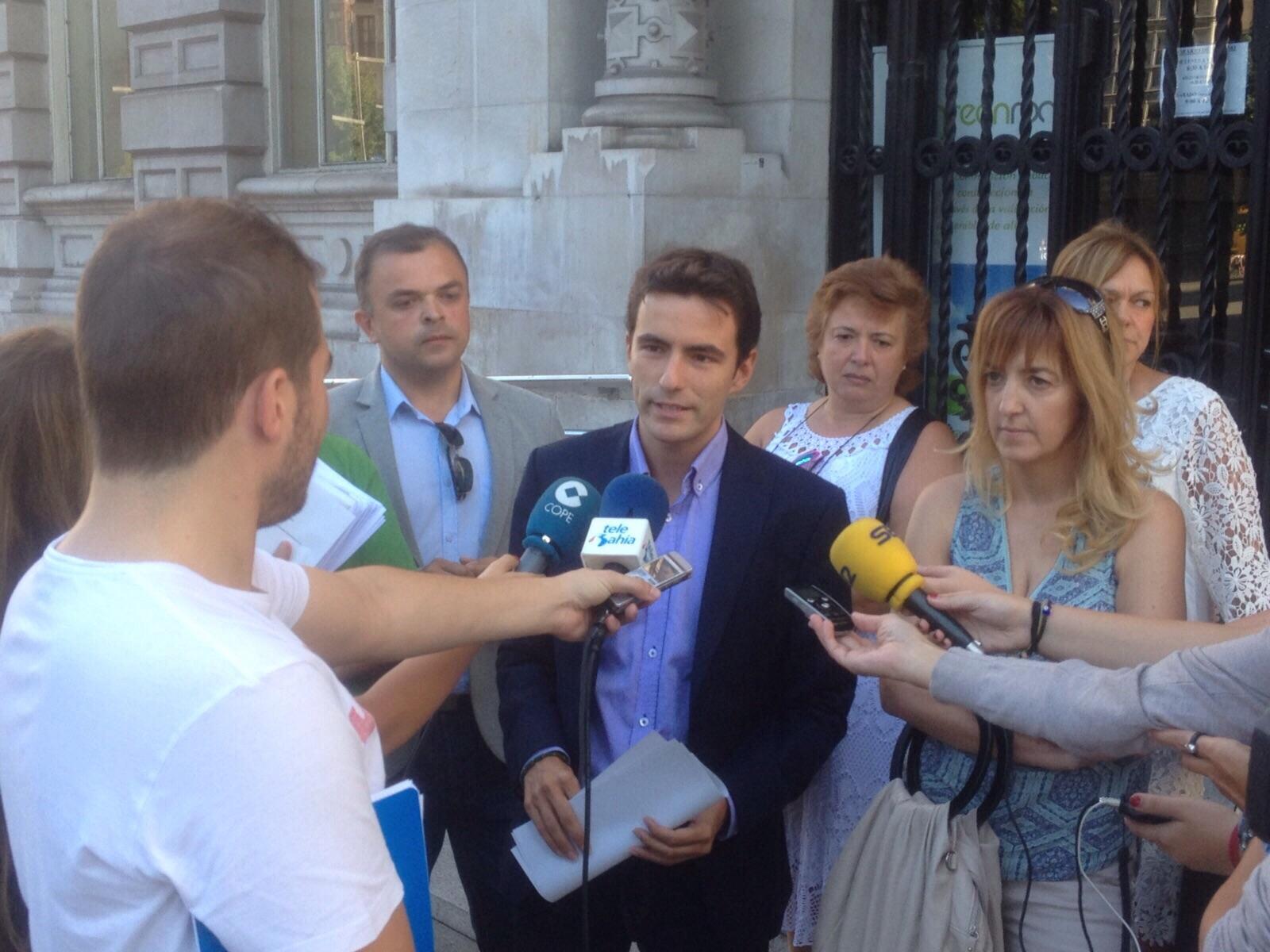 Pedro Caseres, ante la puerta del Ayuntamiento de Santander, atendiendo a los medios de comunicación