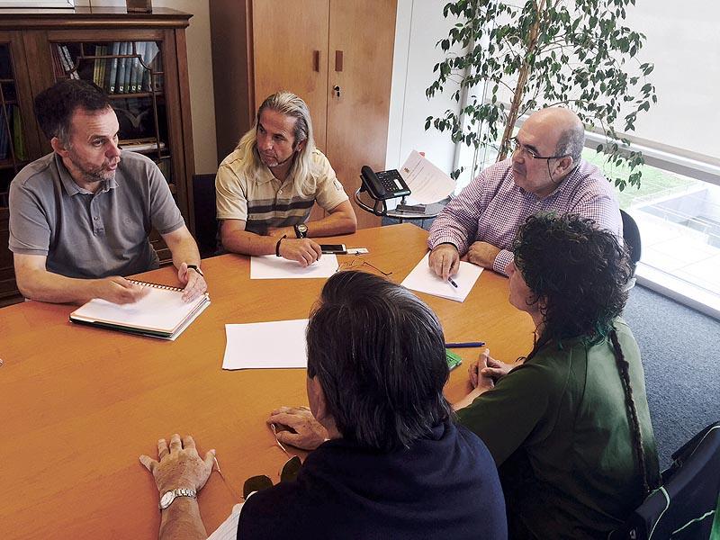 Reunión de Jesús Oria y los representantes de las Asociación de Vecinos 'Besaya' el pasado 19 de agosto.