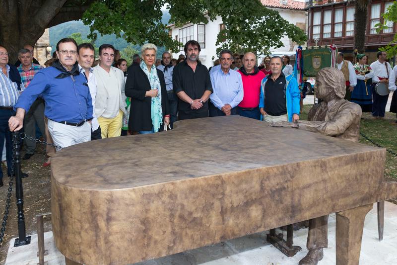 Revilla, junto a familiares y amigos de Juan Carlos Calderón, entre ellos varios integrantes de Mocedades, en el monumento levantado en su recuerdo (Foto: Miguel López)