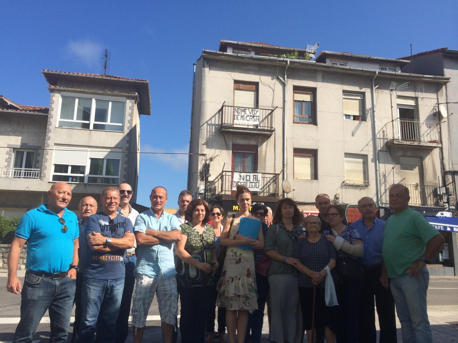 Los vecinos del Pilón ante las viviendas afectadas por el plan urbanísitco