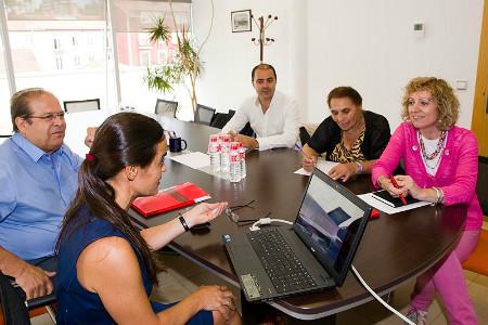 La vicepresidenta durante la reunión con representantes de la Plataforma Romanes. FOTO: Nacho Romero