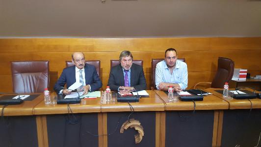 José María Mazón (izquierda) durante la comisión en el Parlamento de Cantabria.