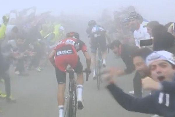 La Vuelta a España llega hasta Alto Campoo, con niebla, mucho público, pero sin apenas espectáculo