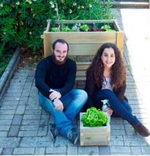 Manuel y Esther en su invernadero.
