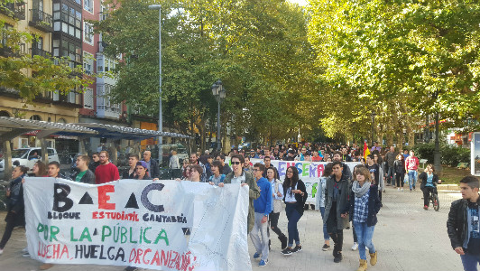 El Bloque Estudiantil de Cantabria ha protestado contra los recortes, las tasas universitarias y las prácticas no remuneradas.