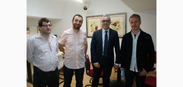 Pedro Hernando, segundo de la derecha, con los representantes de ADIC.