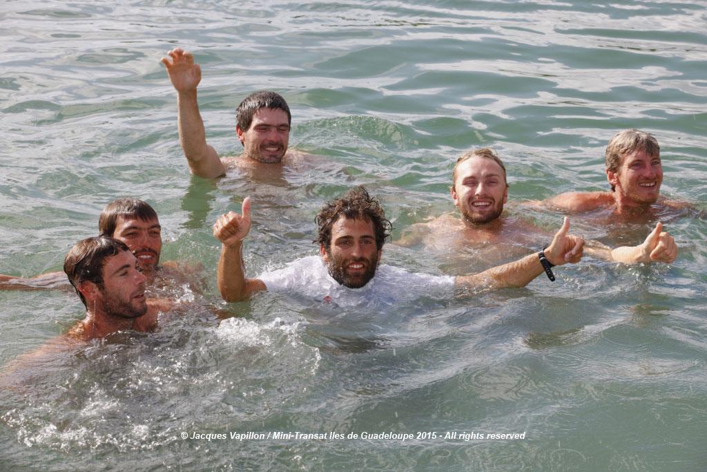 Fidel Turienzo, dándose el clásico chapuzón al terminar la regata con otros participantes de la Mini Transat 2015.