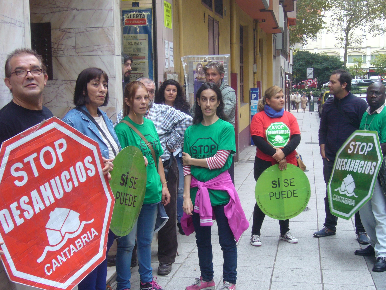 Activistas antidesahucios en un desahucio en Santander (noviembre 2015)