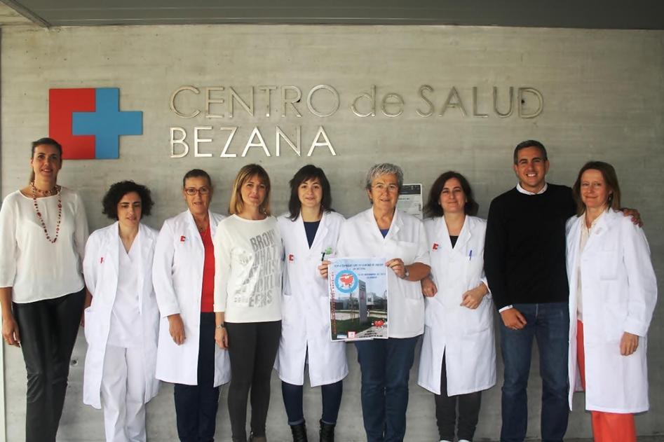 Verónica Samperio, Pablo Zuloaga y la concejala de Deportes. Anabel Rojo, con el personal de enfermería del Centro de Salud de Bezana.