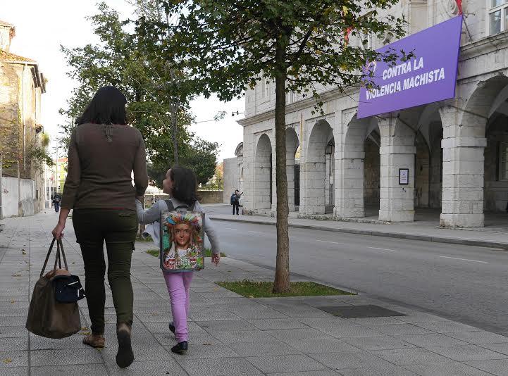 Una pancarta contra la violencia machista en la sede del Parlamento