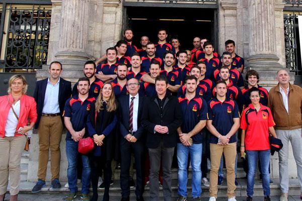 La selección española de Rugby posa en la puerta del ayuntamiento de Torrelavega junto al alcalde y el concejal de Deportes.