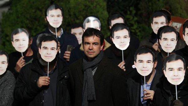 En la época de las campañas televisivas, las protestas son ante la sede de las televisiones. Andrés Herzog, el día del debate a cuatro del que fue excluido.
