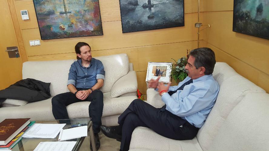 Pablo Iglesias le ha regalado a Revilla un disco del rapero Tote King para su hija.
