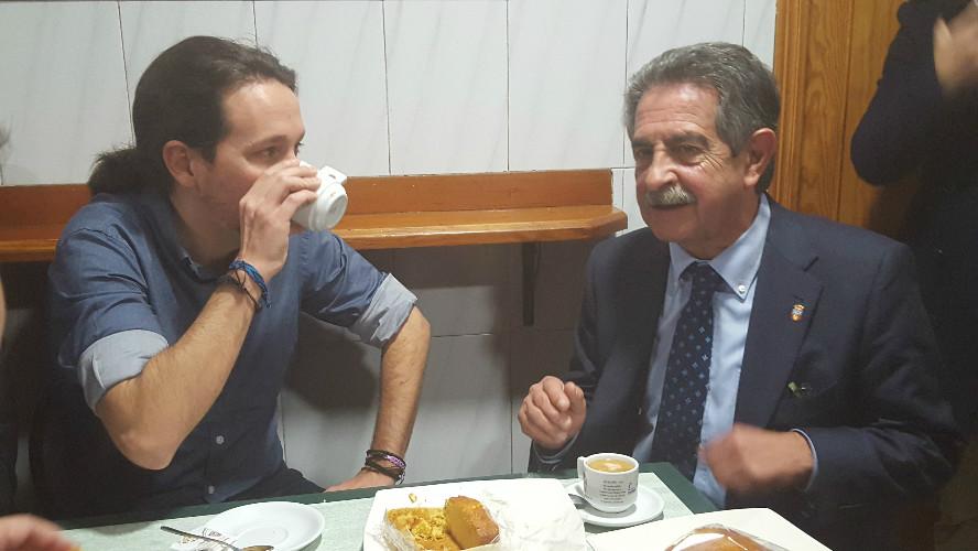 Tras las declaraciones, ambos se tomaron un rápido café con un sobao en el bar Ángel, frente a la sede de Gobierno.