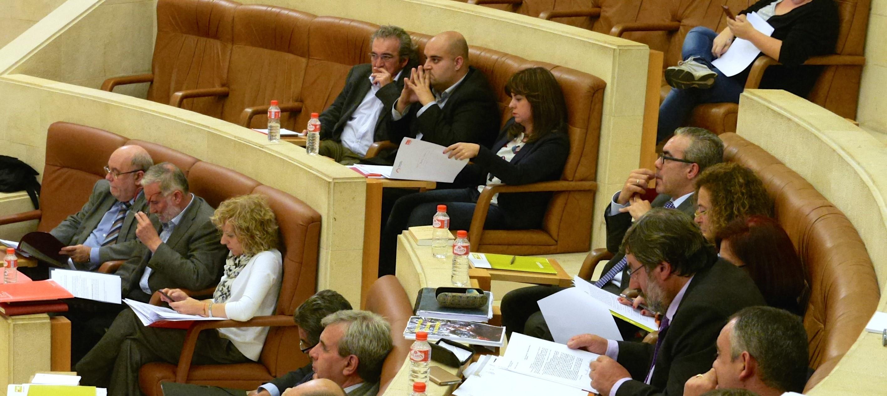 La composición del nuevo Parlamento de Cantabria ha forzado nuevas situaciones entre los partidos