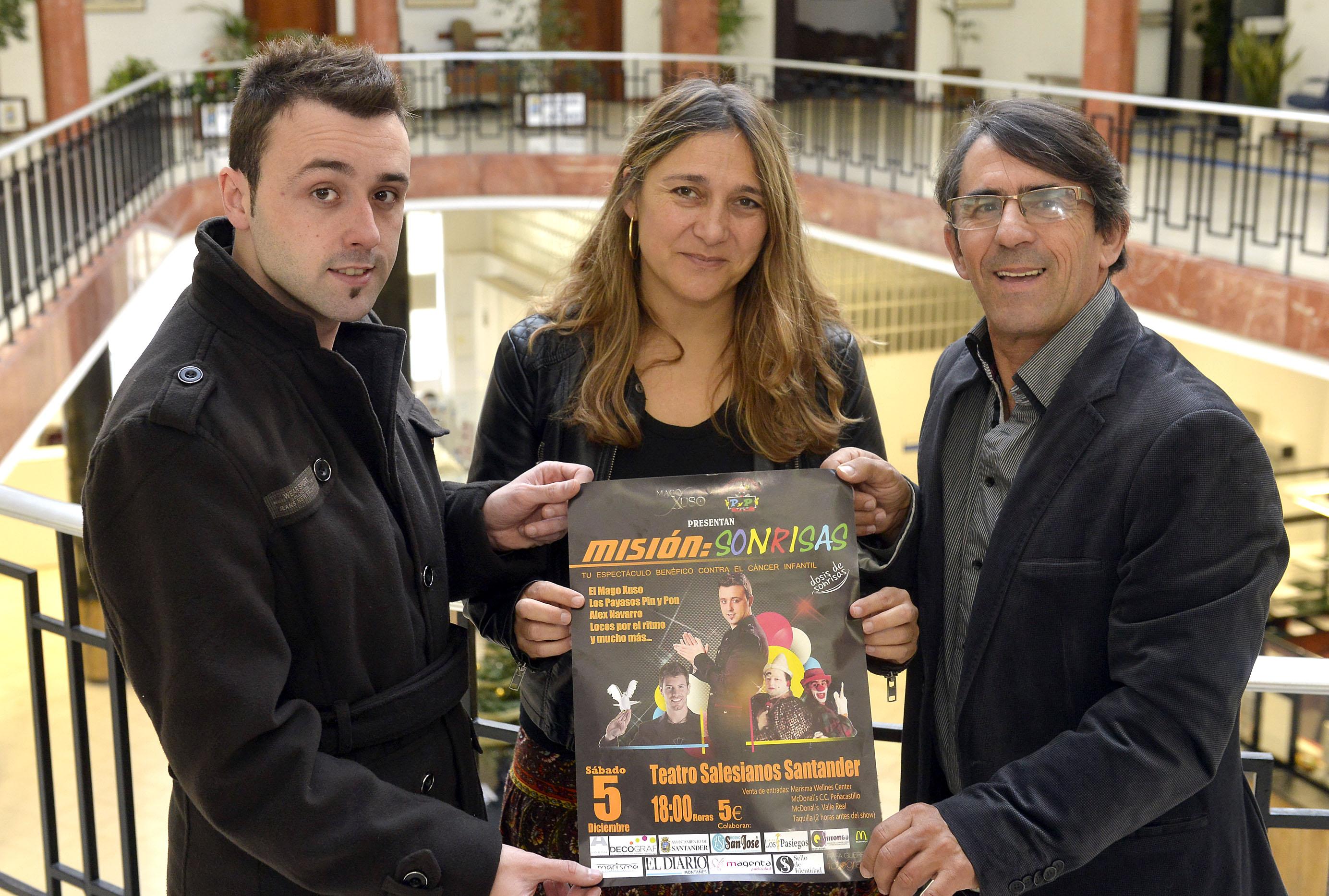 El mago Xuso y la concejala María Tejerina posando con el cartel del