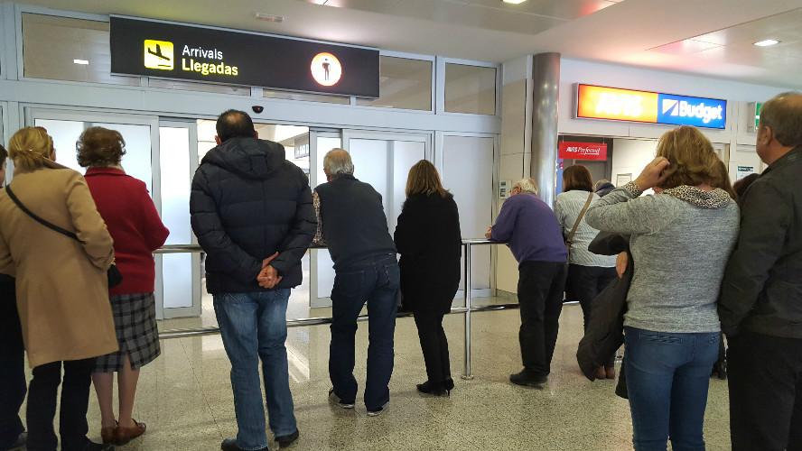 Algunos familiares se agolpan ansiosos a la espera de ver a los que vuelven.