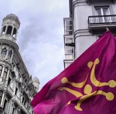 Bandera del lábaru ondeando en Santander.