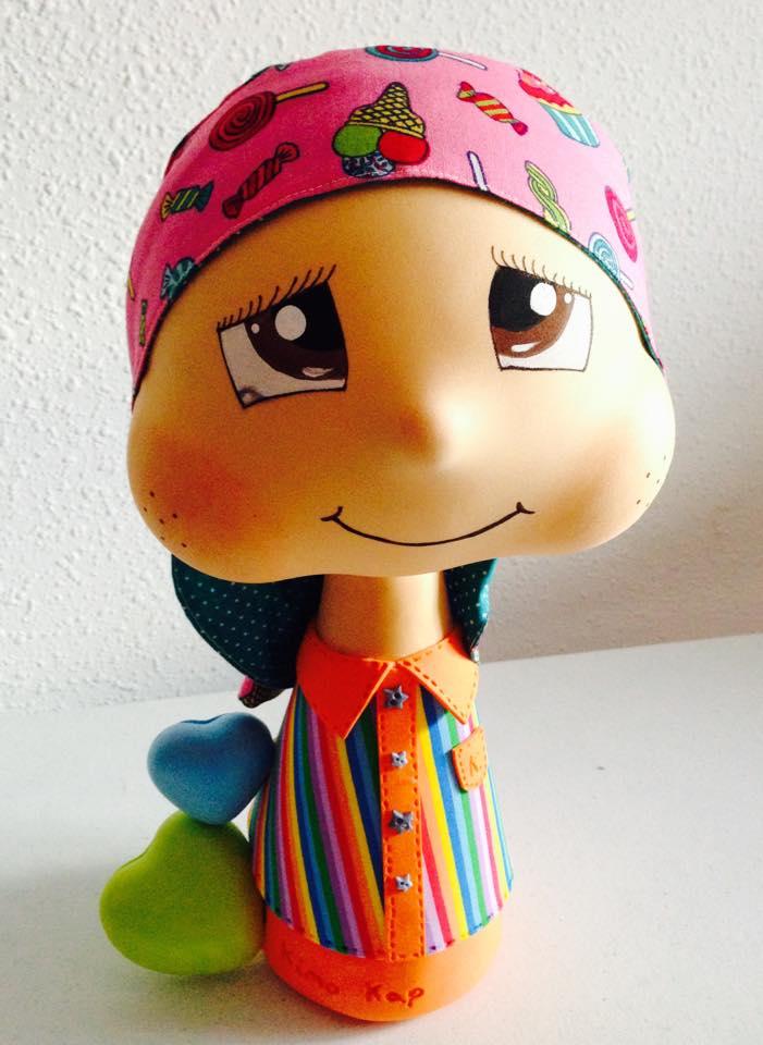 Las muñecas representativas de Kimo-Kap con uno de sus pañuelos mágicos.
