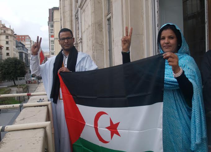 Saharauis con su bandera en Santander