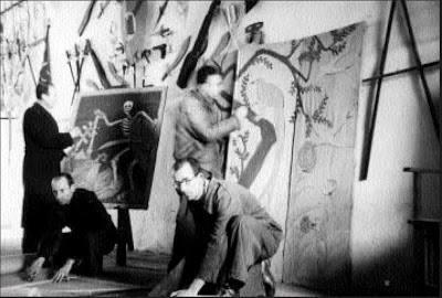 Rivas Cherif, agachado, preparando una representación en El Dueso (Foto localizada por el investigador Juan Aguilera)