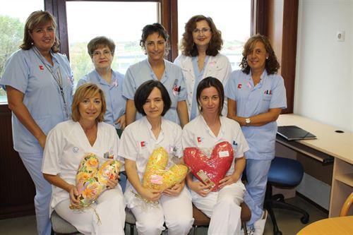 Enfermeras y matronas de Valdecilla con las almohadas del corazón. Foto: Gobierno de Cantabria.