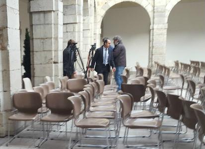 Nacho Diego entrando en el patio del Parlamento tras hablar con varios ex trabajadores.