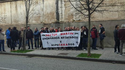 Trabajadores de Ecomasa-Néstor Martin manifestándose frente al Parlamento.