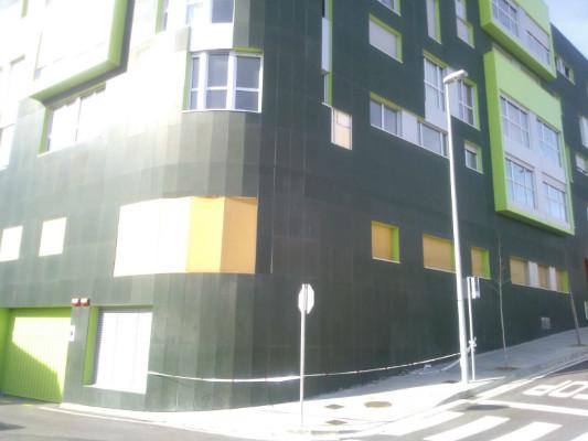 Fachadas sur del edificio con los huecos de las plaquetas desprendidas.