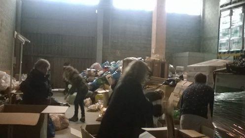 Voluntarios embalando cajas con el material donado estos días