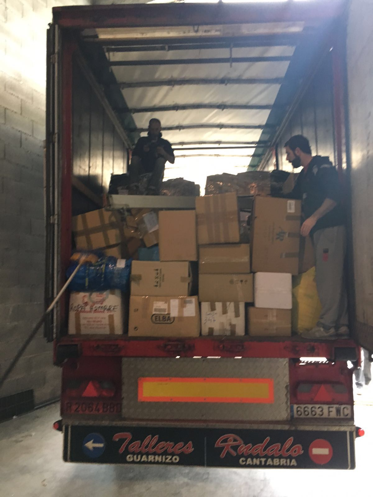 Material donado siendo almacenado en camiones.