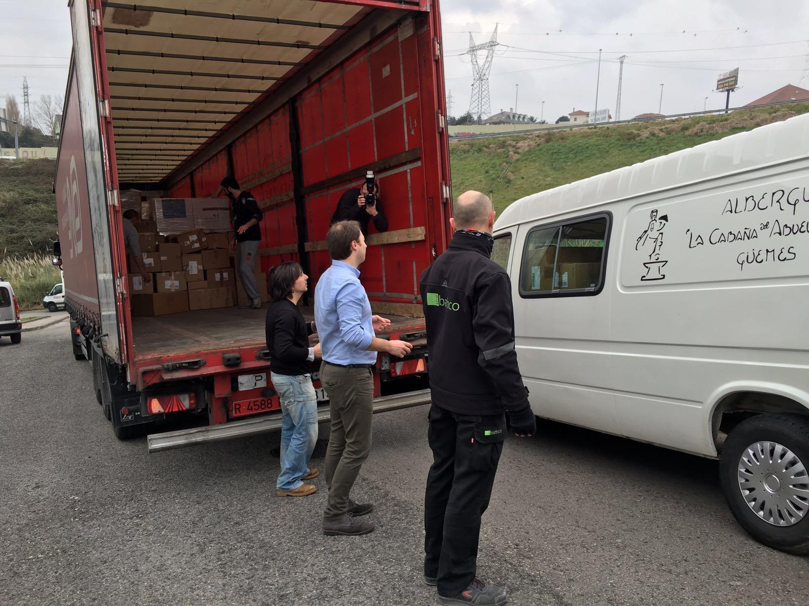 Numerosos voluntarios han acudido este miércoles a la nave de Cacicedo a colaborar en el empaquetamiento de los materiales recaudados.