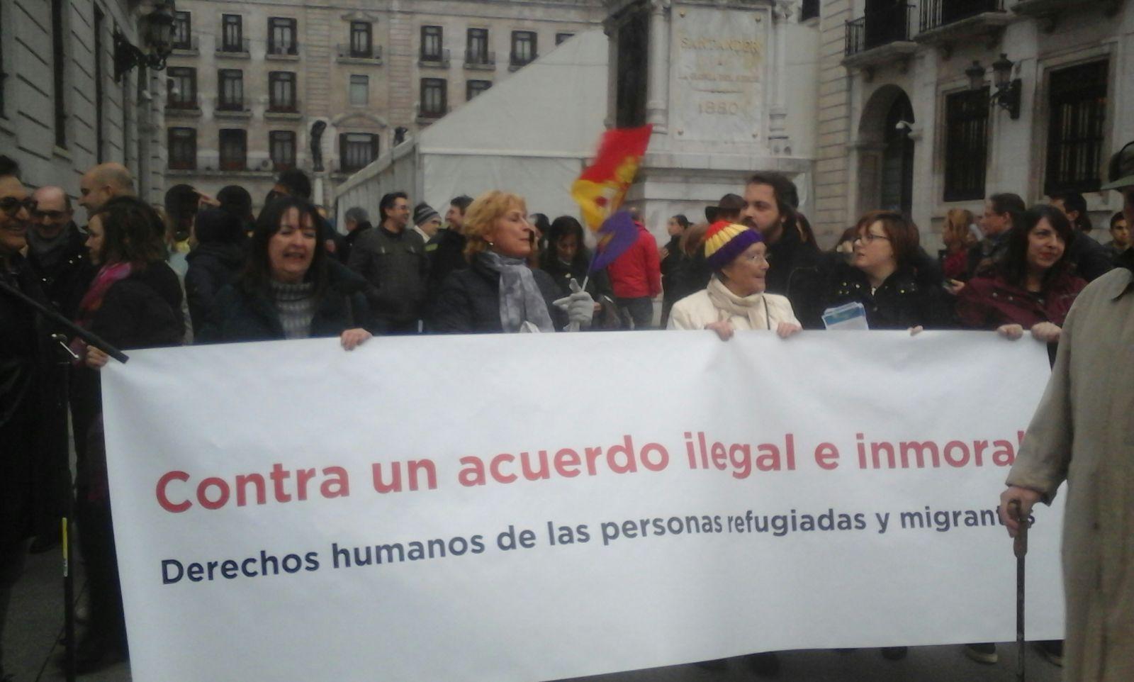 Cientos de personas han seguido en Santander la concentración contra el acuerdo de la UE con Turquía.