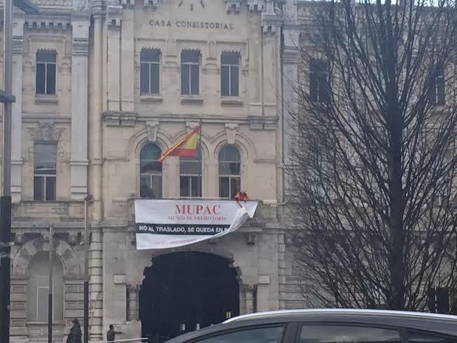 Pancarta en defensa del MUPAC en la fachada del Ayuntamiento