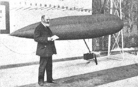 Leonardo Torres Quevedo junto a un modelo de su dirigible en 1913.