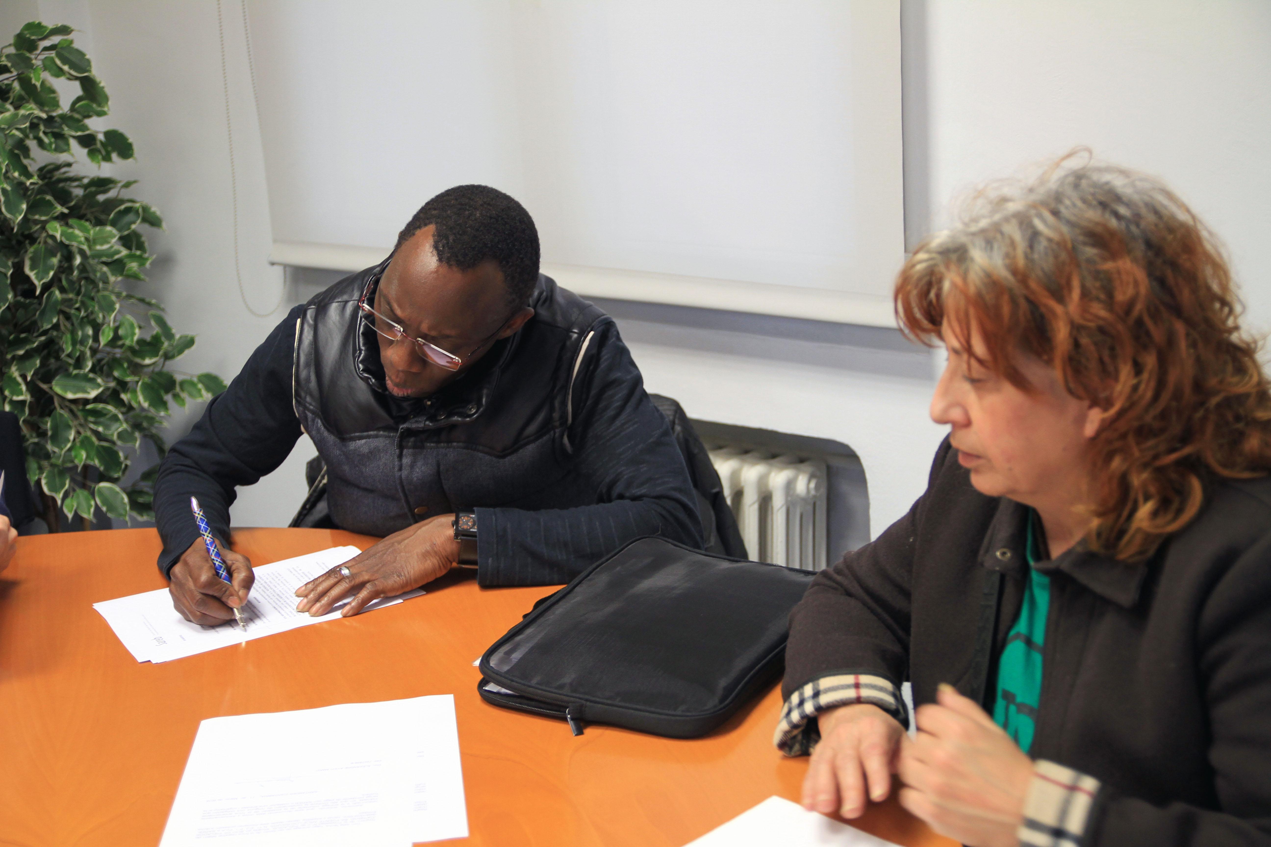 Alexandre firmando su contrato de alquiler con el SAREB.