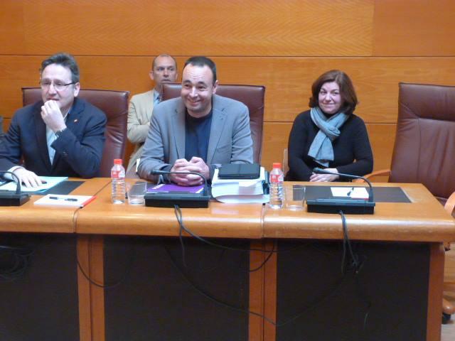 Juan Ramón Carrancio (Ciudadanos), José Ramón Blanco (Podemos) y María José, vecina del Pilón. Foto: PODEMOS.