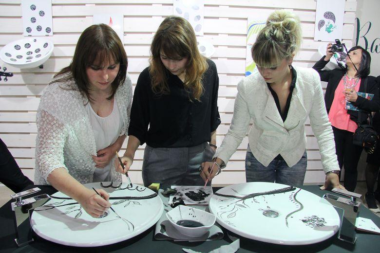 Creadores trabajando en el taller de Bathco Atelier