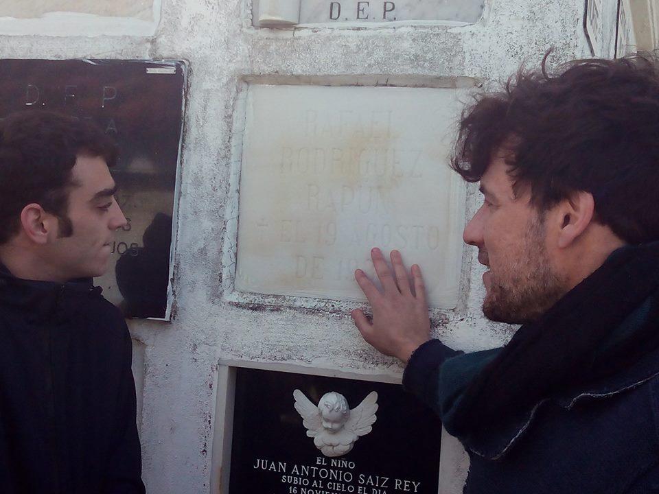 Daniel Grao ante la tumba de Rapún, el amante de Lorca al que interpreta en La piedra oscura, enterrado en Ciriego