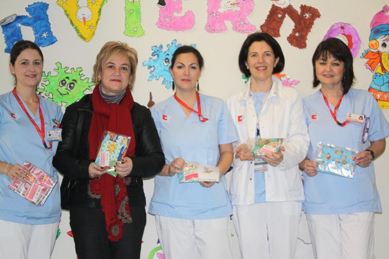 Las enfermeras de Valdecilla con la responsable de la asociación
